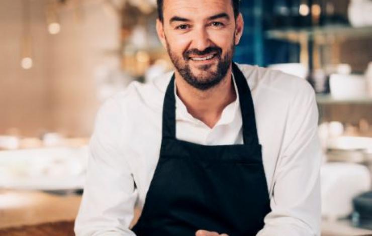 Avec Ischia, Cyril Lignac ouvre le restaurant de ses rêves.