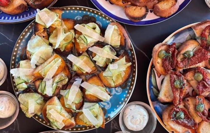 Navigli offre les antipasti à l'heure de l'aperitivo