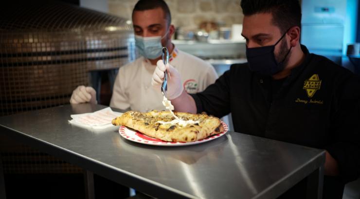 Denny Imbroisi et Peppe Cutraro présentent la pizza Paris-Naples