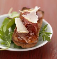 Tartine de fromage de brebis aux copeaux de jambon de Bayonne