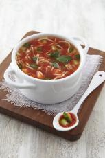 Bouillon de boeuf tomaté aux vermicelles et légumes croquants