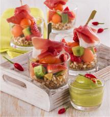Salade de fruits et céréales, sauce aigre-douce et jambon de Parme