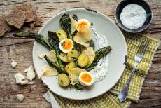 Salade de pommes de terre nouvelles, œufs durs et parmesan grillé