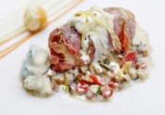Roulé de veau au gorgonzola et abricots secs en robe de poitrine fumée