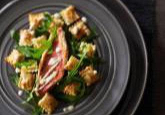 Rouget barbet, crème d'ail et ravioles croustillantes au basilic