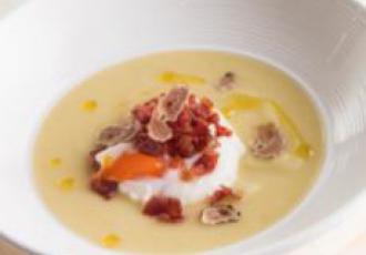 Jambon de Parme et truffe blanche accompagnés d'œufs pochés