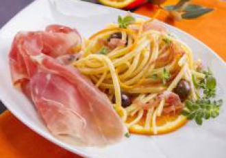 Linguine à l'orange, olives Cailletier et jambon de Parme