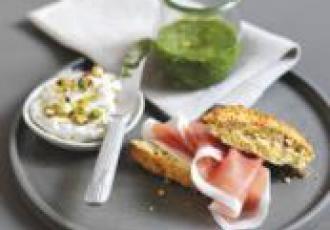Scones de pistache au jambon de Parme, mascarpone et pesto