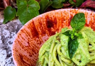 Spaghetti avec pesto de courgettes et sauce aux anchois